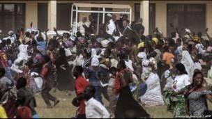 Taron jama'a ya rika bin Paparoma Francis, shi kuma yana daga musu hannu domin yin gaisuwa a gare su a lokacin da ya kai ziyara makarantar Koudoukou da ke Bangui.