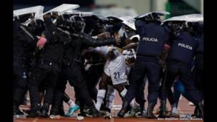 شرطة الشغب تحمي أحد لاعبي غانا