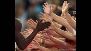 يوسين بولت يصافح الجمهور