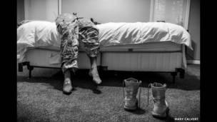مجندة أمريكية مستلقية على سرير