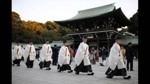 Malaman addinin Shinto ke tattaki zuwa gudanar da addu'ar shigar sabuwar shekara a wajen wajen bauta na Meiji da ke Tokyo.