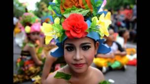 Wata 'yar asalin Bali ke shiryawa bikin shiowar sabuwar shekara.