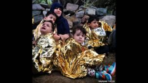 Дети и взрослые в одеялах