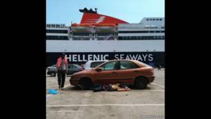 Мужчина спит у припаркованной в порту машины