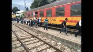 Мигранты, пытающиеся забраться в поезд
