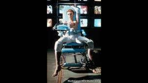 1976 में रिलीज हुई  फ़िल्म 'द मैन हू फ़ेल दू अर्थ' में बोई