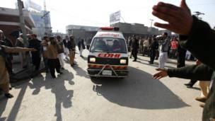 Ambulans membawa korban