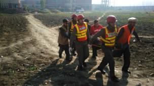 Petugas membawa korban yang cedera