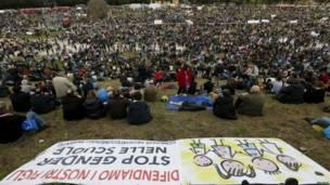इटली की राजधानी रोम में समलैंगिकों को क़ानूनी अधिकार देने के विरोध में रैली