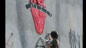 Paulista Karen Bazzeo participa de instalações artísticas em muros urbanos, como forma de ocupação do espaço público.