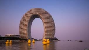 منتجع شيراتون هوت سبرنغ على بحيرة تايهوو في مقاطعة هووتشو