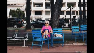 سيدة مع كلب في كان.