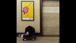 رجل في محطة.