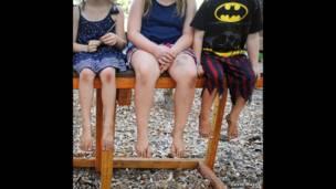 أرجل أطفال.