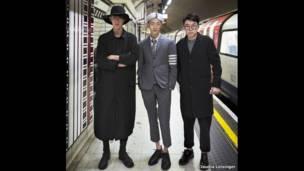 ثلاثة أشخاص في مترو الأنفاق.