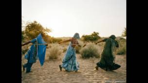 женщины набирают воду из колодца, Тарпакар, Пакистан, 2013 год.