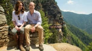 Герцог и герцогиня Кембриджские во время посещения монастыря в Бутане