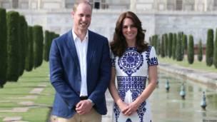 Герцог и герцогиня Кембриджские на фоне мавзолея Тадж-Махал.