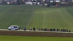Un grupo de inmigrantes son escoltados por la policía alemana hacia un centro de registro de solicitantes de asilo, tras haber cruzado la frontera austro-germana en el municipio de Wegscheid. REUTERS/Michael Dalder