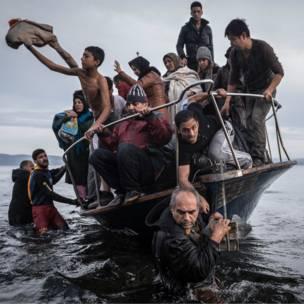 Un grupo de inmigrantes que cruzaron desde Turquía desembarcan cerca del pueblo de Skala, en la isla griega de Lesbos. Sergey Ponomarev/The New York Times/Columbia University
