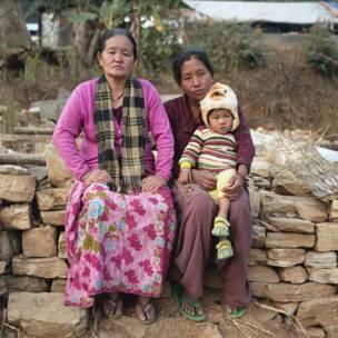 Dhan Kumari Magar e Krishna Thapa com sua fllha. Gideon Mendel / Christian Aid