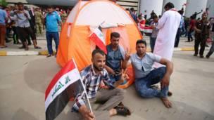 Manifestantes acampando fuera del congreso