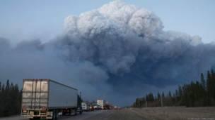 कनाडा के जंगलों में लगी आग से उठता धुंआ.