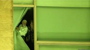 ब्राजीलिया में प्लानल्टो महल की एक खिड़की से झांकती दिल्मा रॉसेफ