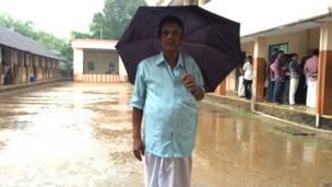कोच्चि के एक मतदान केंद्र पर मतदाता.
