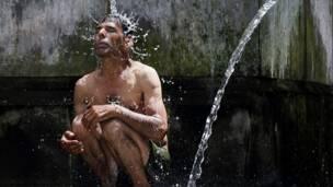 Фото: мужчина под струей воды