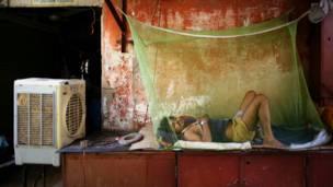 Фото: мужчина, спящий у кондиционера