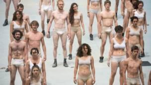 Actores semidesnudos en la ceremonia