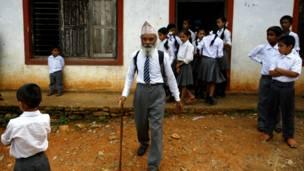 Dugar Kami, 68 tuổi, học lớp 10 ở trường Shree Kala Brhaibab, Nepal