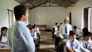 دورغا كامي أمام المدرس