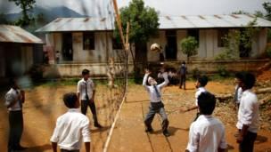 كامي يلعب الكرة الطائرة