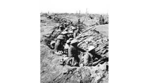 مشاه بريطانيون يحتلون خندقا ضحلا خلال معركة السوم.