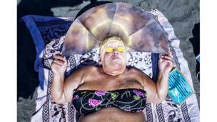 امرأة على الشاطئ في نابولي، إيطاليا. ميشيل ليبرتي