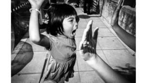 طفل يرفع يده تعبيرا عن النجاح في بيالوما، الولايات المتحدة. تود بيشوف