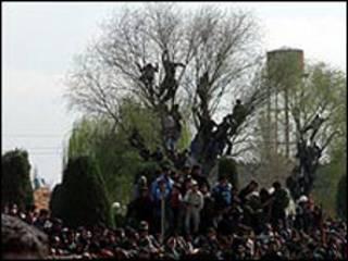 تجمع مردم در محل اعدام محمد بیجه، قاتل زنجیره ای کودکان، در ایران