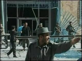 پلیس در بیرون وزارت اطلاعات و فرهنگ، دقایقی پس از انفجار