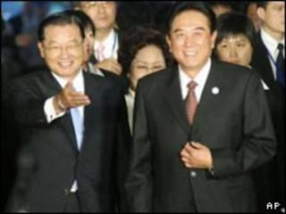 چین (راست) و چیانگ در فرودگاه تایپه