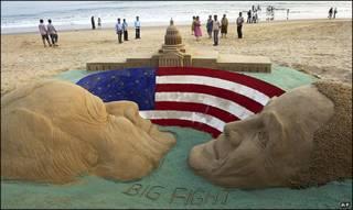 یک مجسمه ماسه ای از اوباما و مک کین