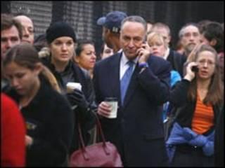 مردم برای رای دادن ساعت ها در صف انتظار می کشند