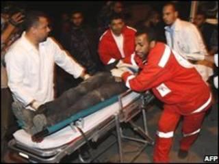 امدادگران فلسطینی درحال حمل مجروحان