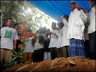 مراسم تدفین مجرمان بمبگذاری در بالی