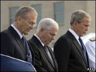 دونالد راسفلد (چپ)، رابرت گیتس (وسط) و جورج بوش