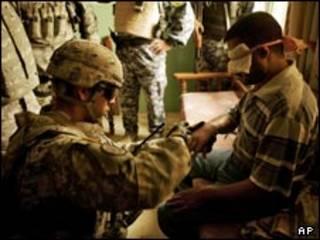 سربازان آمریکا در موصل یک مظنون به بمبگذاری را بازبینی بدنی می کنند
