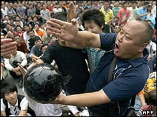 طرفداران معترض فوتبال در چین