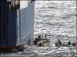 عکس آرشیوی از ربوده شدن یک کشتی در آب های سومالی