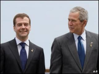 عکس آرشیوی از بوش و مدودف در ژاپن، ژوئیه 2008